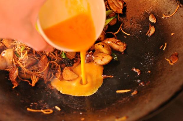 Frying egg in mi goreng